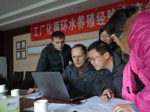 Обсуждаем список необходимого нам рыбоводного оборудования с китайскими партнерами