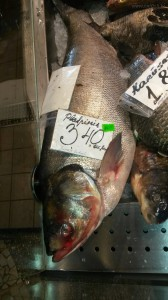 Свеже-охлажденный толстолобик на рынке в г. Рига